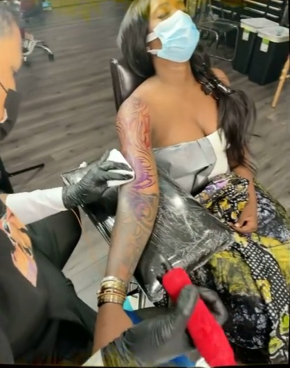 """""""No 1 African bad girl"""" - Reactions as Tiwa Savage gets full sleeve tattoo (Video)"""