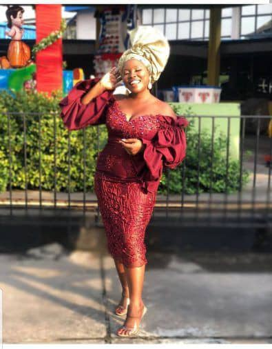 lady wearing red lace asoebi dress for owanbe